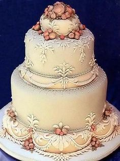 Elegant, elegant, elegant! The soft neutrals, classical shapes and details give this cake a timeless vintage look.