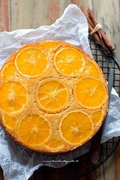 Rovesciare la torta all'arancia su una gratella - Ricetta Torta rovesciata all'arancia