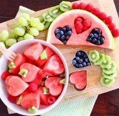 wat heb je nodig: kiwi, bes, framboos, druiven en meloen en een hartjes vormpjes voor koekjes!