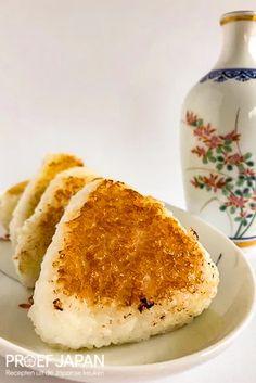Recept: Gebakken rijstballen (miso yaki onigiri) | Proef Japan Yaki Onigiri, Bento, Soul Food, Snacks, Ethnic Recipes, Cooker Recipes, Tapas Food, Appetizers, Treats
