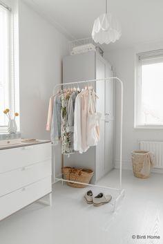 Styling van een romantische slaapkamer met zachte kleuren | Binti Home blog…