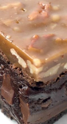 Triple-layer Fudgy Caramel Pecan Turtle Brownies - a dense, fudgy brownie on top of an Oreo cookie crust topped with a chewy caramel and pecan topping. Beste Brownies, Fudgy Brownies, Chocolate Brownies, Chocolate Desserts, Chocolate Caramels, Chocolate Chips, Cookie Brownie Bars, Cookie Crust, Brownie Recipes