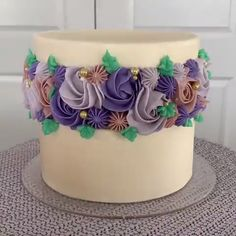 cake decorating videos Looks amazing and delicious! Cake Decorating Techniques, Cake Decorating Tutorials, Cookie Decorating, Buttercream Cake Decorating, Pretty Cakes, Beautiful Cakes, Amazing Cakes, Mini Cakes, Cupcake Cakes