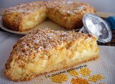 La sbriciolata con crema e mele,aromatizzata con la buccia del limone,ha una consistenza abbastanza morbida con un ripieno di crema pasticcera e mele!