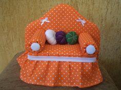 Sofazinho peso de porta Doll Crafts, Sewing Crafts, Sewing Projects, Projects To Try, Sewing Pillows, Barbie Furniture, Love Craft, Sewing Tools, Miniature Furniture