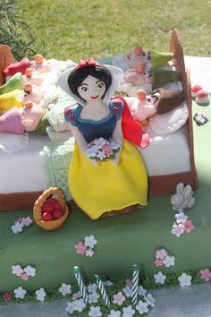 snowhite and the 7 dwarfs: fiabeinfesta. Snow White Cake, 7 Dwarfs, Deserts, Fancy, Cakes, Disney Princess, Character, Food, Cake Makers