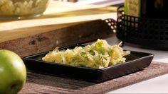 Hapankaali-omenasalaatti - Kapinakokki Santeri Hämäläinen | 24Kitchen. Tämä raikas ja maukas salaatti piristää päivää hämmästyttävästi. (Klikkaa kuvaa nähdäksesi videon alkuperäisellä sivullaan.)