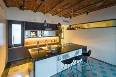 Cocina con isla / Salón con bóveda catalana / Una casa que usa espejos para multiplicar sus espacios #hogarhabitissimo #modernista #rustic