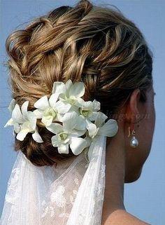 ゆるめの編み込みスタイルにベールを垂らし♪ ♡花嫁の髪型ハワイ・ビーチ参考一覧♡