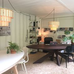 ovale-tafels-eiken-kruispoot-lamp-kantoor-showroom-Arp-Design-BakkeRij-Haarlem