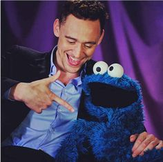 Tom Hiddleston hanging out with Cookie Monster, talkin' cookies