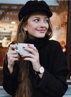 All Kinds of Hairstyles for Women - Best Trends Coffee Shop Photography, Portrait Photography, Foto Fashion, Posing Tips, Coffee Girl, Coffee Cup, Photo Poses, Silhouette, Photoshoot