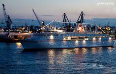 Kreuzfahrtschiff MS Deutschland in Hamburg