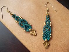 Blue Macrame earrings whit brass beads por LunaticHands en Etsy