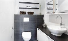 Pesuhuone ja saunan lattia, erillinen kylpyhuone, erillinen wc ja kodinhoitohuone, yht. n. 25 m².  Laidasta laitaan kulkevilla, kontrastia luovilla tummilla tasoilla ja valkoisilla alakaapeilla on saatu aikaan paljon lasku- ja säilytystilaa. Toilet, Shower, Bathroom Ideas, Decor Ideas, Interiors, Google, Home Decor, Rain Shower Heads, Flush Toilet
