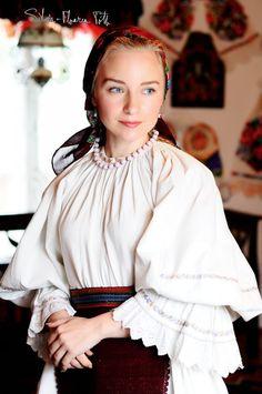 European Girls, Folk Embroidery, Folk Costume, Traditional Dresses, Beauty Women, Marie, Actresses, My Style, Womens Fashion
