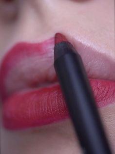 Veganer Lip Liner von exurbe mit innovativer Formulierung die auch als Lippenstift verwendet werden kann. Organize Phone Apps, How To Apply Lipstick, Lip Kit, Lip Pencil, Makeup Routine, Makeup Videos, Jojoba Oil, Beauty Make Up, Halloween Make Up