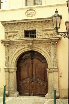 Intricate carving surrounds these sculptural wooden doors / Česko, Praha - Dům u dvou zlatých medvědů