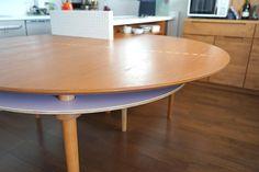Cansados de sonhar com uma mesa de jantar e não ter espaço o suficiente em seu apartamento, uma família procurou a arquiteta Yuki Miyamoto para ajuda-los a solucionar o problema. A mesa desenvolvida pode ser expandida e guardada sempre que for necessário.