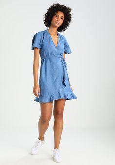 04ebbeaaa21 ¡Consigue este tipo de vestido vaquero de Dorothy Perkins ahora! Haz clic  para ver
