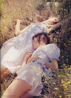 少女と、白。綺麗な少女には白いお洋服を着せましょう。脚の骨と、腕の骨が分かりやすいものが最適です。