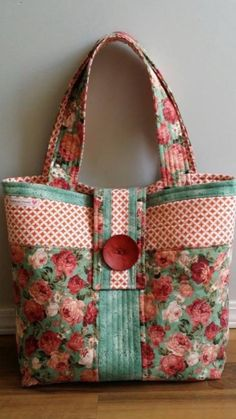 Rose Fabric Tote Bag - love the colors of this!Novice Beginnings: Rose Fabric BagLove the red and green colors of this quilted bag. I feel a project coming on.Made by Linda @ Novice Beginnings & found on Carmen's Beyond the Fringe - pretty!Our free tote b Sacs Tote Bags, Quilted Tote Bags, Fabric Tote Bags, Diy Tote Bag, Fabric Purses, Patchwork Bags, Quilted Bags Patterns, Free Tote Bag Patterns, Tote Pattern