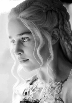 Daenerys Targaryen ~ Game of Thrones: Emilia Clarke -- she is so beautiful, it… Emilia Clarke Daenerys Targaryen, Game Of Throne Daenerys, Khaleesi Targaryen, Heros Film, Game Of Trone, Lifestyle Articles, Mother Of Dragons, Portraits, Beautiful Curves