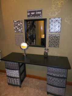 I've been spotting some fantastic DIY vanity mirror recently. Here are 13 ideas of DIY vanity mirror to beautify your room. Makeup Table Vanity, Vanity Room, Vanity Ideas, Makeup Vanities, Diy Vanity Table, Mirror Ideas, Dyi Vanity, Diy Table, Craft Tables