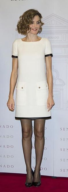 "Doña Letizia vistió un vestido black and white de Felipe Varela, combinado con stilettos Magrit 'Mila' a tono y perlas de Tous. ""Luis Carandell"" Journalism Award at the Senado Palace on October 6, 2015 in Madrid, Spain."