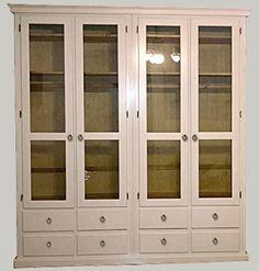 JUVIn Isoisänvaatekaappi muunneltuna, kaksi kaappia yhdistetty ja puupeilien tilalla lasit. Viimeistele verhoilla, myös peiliovilla toimiva ratkaisu.