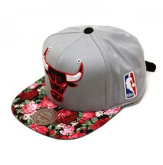 GREAT idea, transforming a masculine flat billed hat so lady like with a floral print! Flat Bill Hats, Flat Hats, Strapback Hats, Cool Hats, Snap Backs, Snapback Cap, Chicago Bulls, Girls Be Like, Swagg
