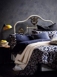 rough graphite wall, old bed, navy bedding - Innenarchitektur Bedroom Themes, Bedroom Styles, Bedroom Decor, Bedroom Designs, Bedroom Ideas, Navy Bedding, Linen Bedding, Bedding Sets, Bed Linens