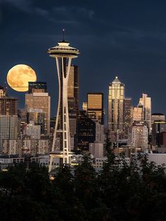 breathtakingdestinations: Full Moon at the Space Needle in Seattle, Washington - USA Seattle City, Seattle Skyline, Seattle Usa, Seattle Sights, Luna Grande, Greys Anatomy, Places To Travel, Places To See, Magic Places