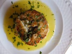 Merluza a la ondarresa, con mantequilla, ajo, perejil y limón. El sabor de la gastronomía vasca