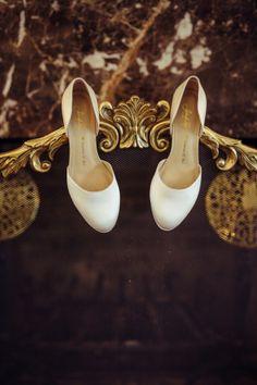 Hochzeitsschuhe mit personalisiertem Fußbett | Foto von KetaNuva Studios | www.hochzeitsplaza.de/real-weddings | #hochzeit #hochzeitsplanung #brautschuhe #weddinginspo #braut2017 #hochzeitsschuhe