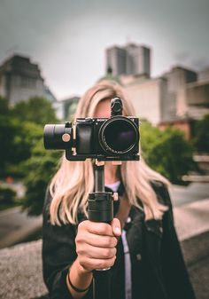 3 practical tips for vloggers which include tips for the vlogging camera Are you hoping to become one of the most successful vloggers? These 3 tips will make your vlogging attempts a hit! Vlogging camera tips are included. Find Your Why, Vídeos Youtube, Camera Hacks, Vlog Camera, Camera Tips, How To Use Facebook, Marketing Digital, Content Marketing, Online Marketing