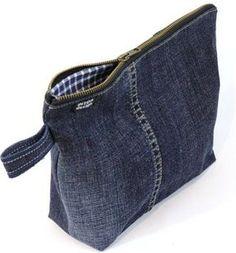 """E não é que as necessaires de jeans ficam lindas e diferentonas? E você aproveita e recicla o que poderia estar """"encostado"""" no seu guarda roupas. E olhe o charme do forro como faz a grande d…"""