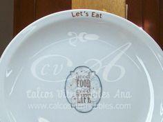 Calco vitrificable full color del logo de Let´s Eat colocado y horneado en nuestros hornos, sobre platos provistos por el taller.