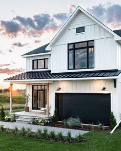 Craftsman Home Exterior, White Farmhouse Exterior, White Exterior Houses, House Paint Exterior, Dream House Exterior, Exterior House Colors, Farmhouse Plans, Exterior Design, Exterior Siding