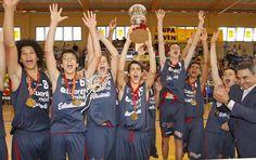 El alcalde Luis Aragunde entregó el trofeo de campeones a los jugadores del Estudiantesg. salgado