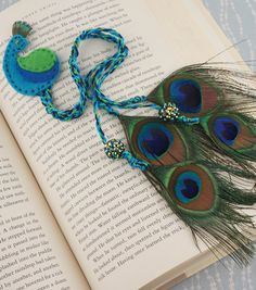 DIY Page Turning Peacock Bookmark - The Feather Place Peacock Ornaments, Peacock Crafts, Feather Crafts, Feather Art, Felt Peacock Feathers, Beaded Bookmarks, Diy Bookmarks, Corner Bookmarks, Craft Projects For Kids