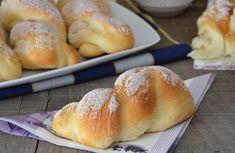 Le treccine con lo zucchero sono delle trecce decorate con dello zucchero semolato, sono le classiche treccine che si trovano nei panifici siciliani.