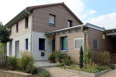 Einfamilienhaus Holzhaus Satteldach Holzfassade französischer Balkon Carport aus Holz