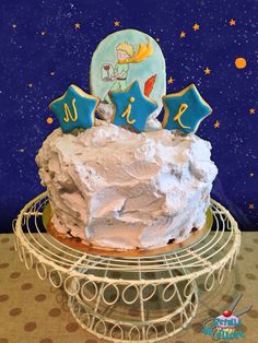 Tarta El Principito. Biscuit de vainilla y frosting cremoso de violetas con toppers de galletas decoradas con glasa y pintadas a mano.