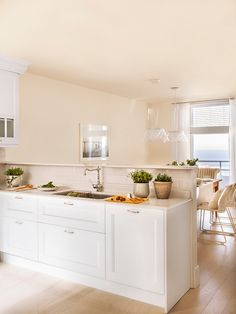 Keys to open the kitchen to the dining room or the salon and win meters and light Home Decor Kitchen, Kitchen Interior, Kitchen Design, Kitchen Ideas, Decoration, Exterior Design, Ideal Home, Dining Room, House Design
