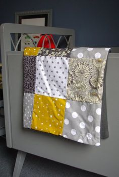 A small patchwork and polar blanket for a little Oscar we met this weekend in Montpellier. An association of gray and mustard that I love, I knew his mom too! Baby Couture, Couture Sewing, Sewing Kids Clothes, Sewing For Kids, Plaid Quilt, Cool Patterns, Baby Quilts, Easy Diy Crafts, Sewing Projects