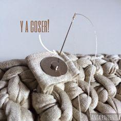 Santa Pazienzia: ¿Sabes poner un botón de imán en un bolso de trapillo? Tutorial foto a foto Bag Crochet, Crochet Clutch, Crochet Handbags, Crochet Purses, Love Crochet, Learn To Crochet, Crochet Stitches, Yarn Projects, Knitting Tutorials