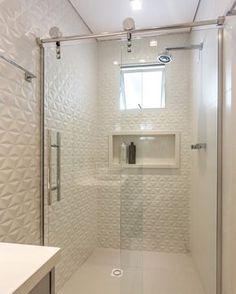 Acordar e tomar uma ducha num banheiro todo branquinho desse que tal? Revestimentos 3D e folhas de vidro com roldanas aparentes garantem um visual moderninho | Projeto Estudio Arkit DECOREDECOR | BATHROOM | STYLE