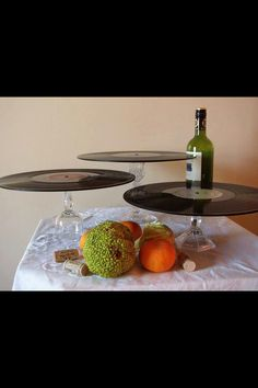Cool and very interesting solution: Use vinyl records and bowls, and have a party table for modern homes! - BE Decoration 70s Party, Retro Party, Disco Party, Party Time, Record Cake, Motown Party, Beatles Party, Beatles Birthday, Used Vinyl Records