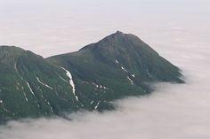 知床半島上空から雲海に浮かぶ知床連山